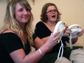 aurore et jessica jouer à Mario Kart