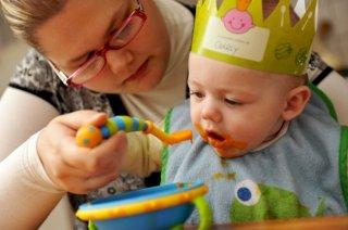 Charly mange sa purée de carottes