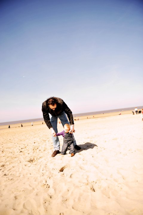 Charly marche dans le sable avec Papa