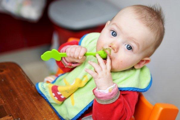 Novembre 2009, 7 mois, non tu ne manges pas encore tout seul ;)
