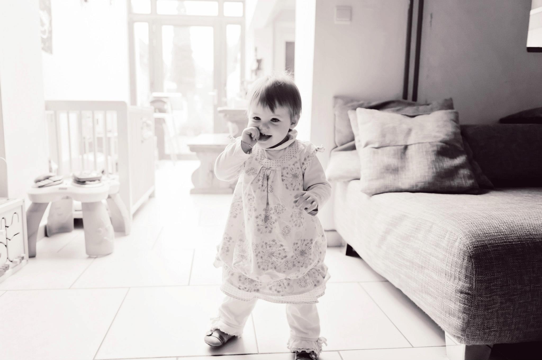 Juliette fait ses premiers pas - bébé - Petite Snorkys Photography - Liège