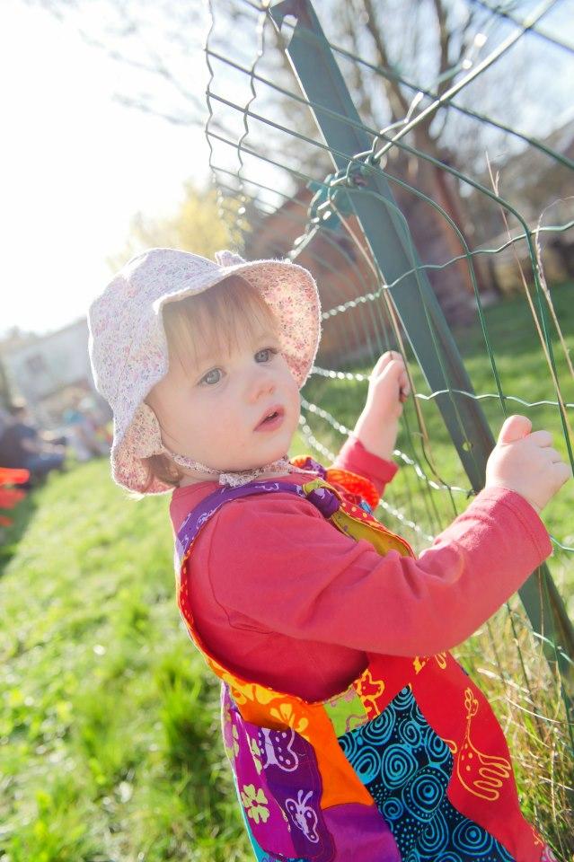 Juliette - première balade dans le jardin - petite snorkys photography