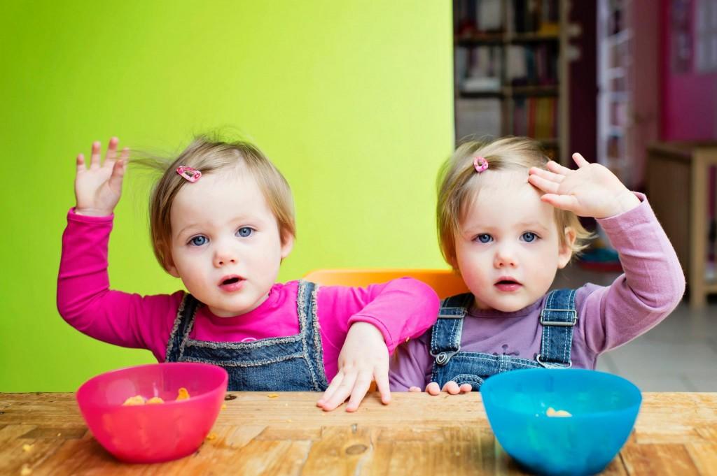 Alice & Juliette - Jumelles - mangent leur Kellogs - Petite Snorkys Photography