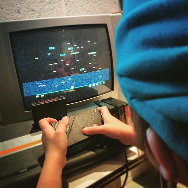 Charly découvrir Millipede sur Atari