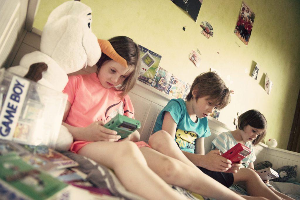 Les enfants découvrent la Game Boy
