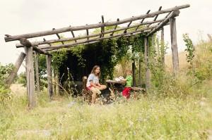 Qu'importe la barrière linguistique, Charly et Matilde jouent dans la petite cabane au bord du domaine.