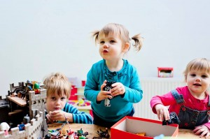 Les 3 jouent ensemble dans le château PLAYMOBIL