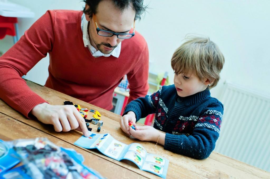 Papa aide Charly a construire son premier LEGO