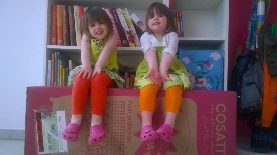 Alice & Juliette, prettes à découvrir leur nouvelle poussette Cosatto !