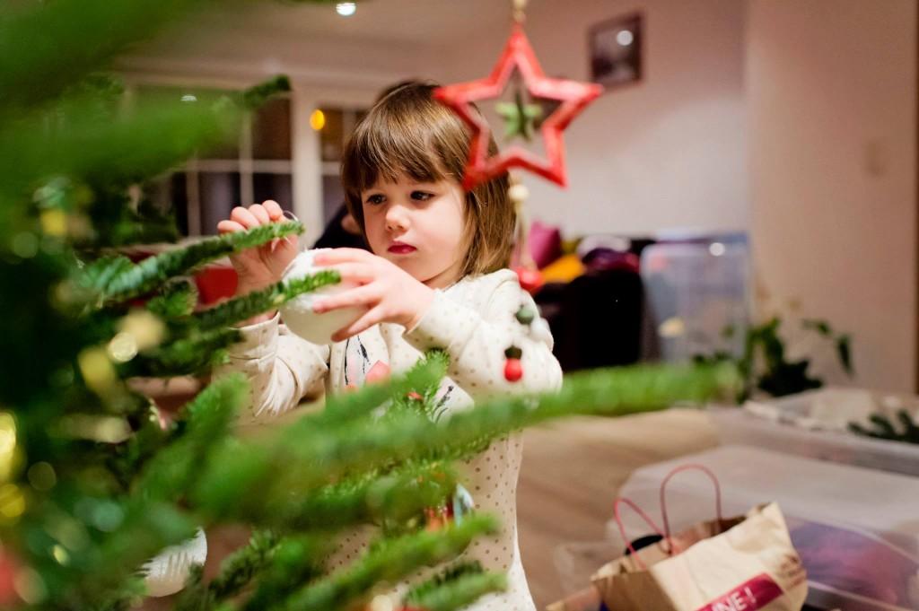 Alice prépare le sapin de Noël