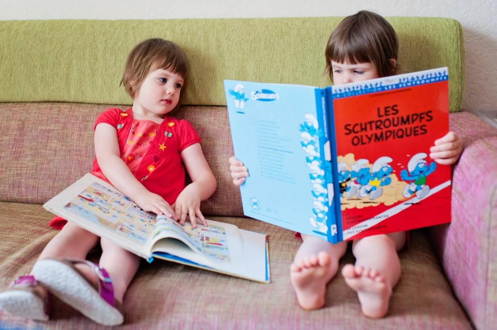 Les filles lisent Les Schtroumpfs