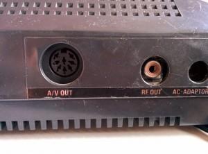 (Fig. 1) L'arrière de la Master System I - Sorties Vidéo