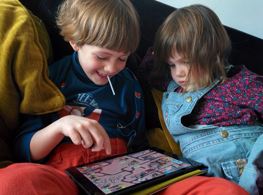 Charly joue à Simcity Build it (iPad)