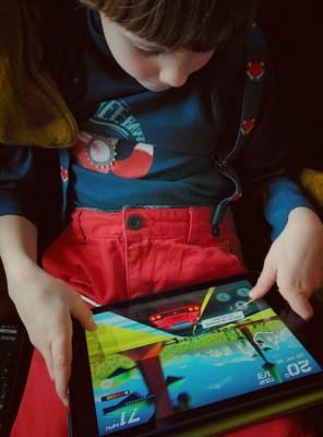 Charly joue à Horizon Chase - iPad