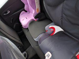 Renault Clio - 3 sièges enfants à l'arrière.