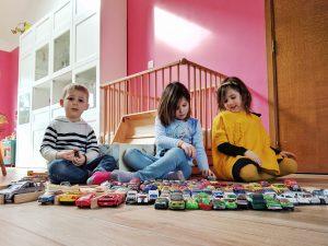 Max et les filles jouent aux petites voitures