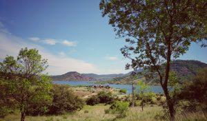 Au bord du lac Salagou