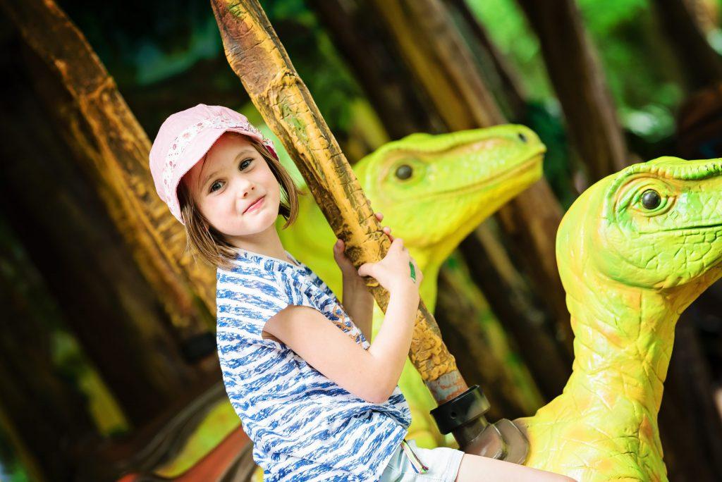 Dans la partie Jurassic Park... on commence par faire un tour à dos de Dino ! – à GaiaZOO.