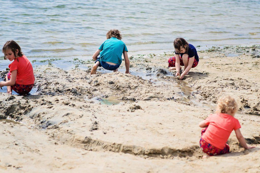 ils se sont échappés jouer sur la plage. – à Center Parcs Le Lac d'Ailette.