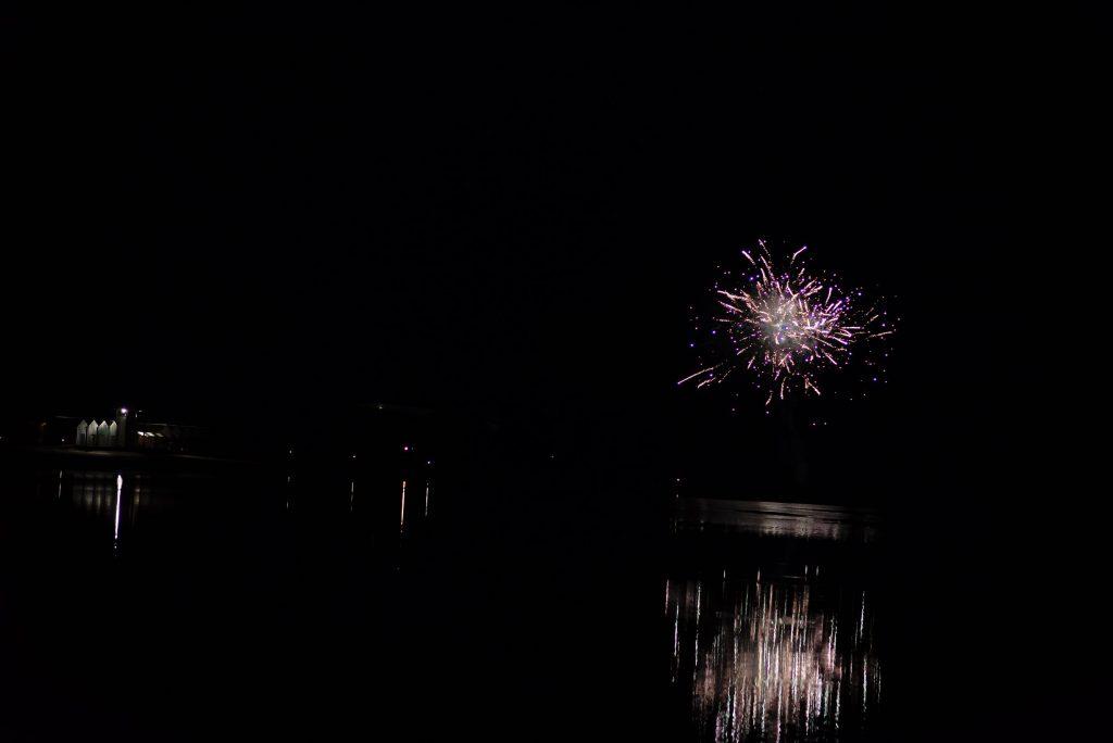 Le feu d'artifice du 15 aout sur le lac, mais un peu trop tard pour que les enfants en profitent. – à Center Parcs Le Lac d'Ailette.