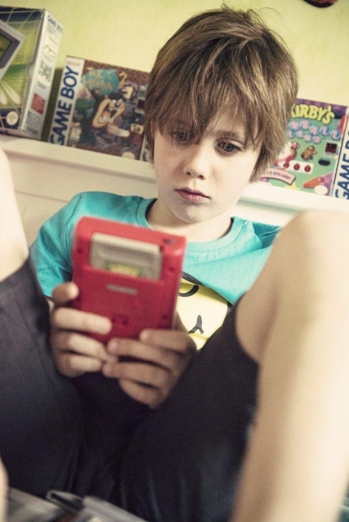 Les enfants découvrent la Game Boy - Le bon choix de Charly, c'est Kirby !