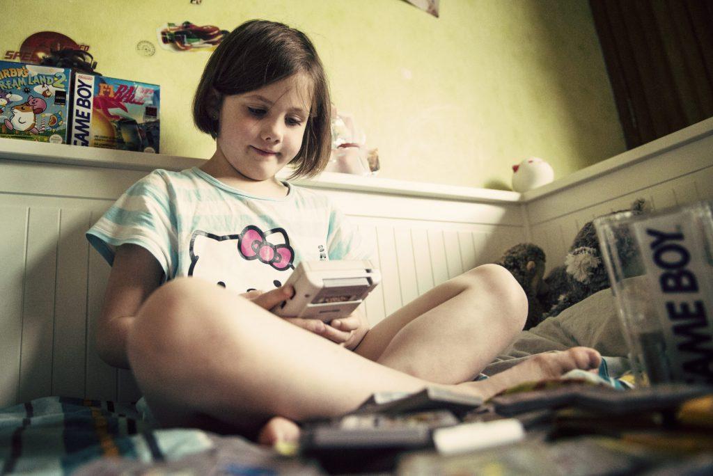 Les enfants découvrent la Game Boy - Alice tente un Harvest Moon