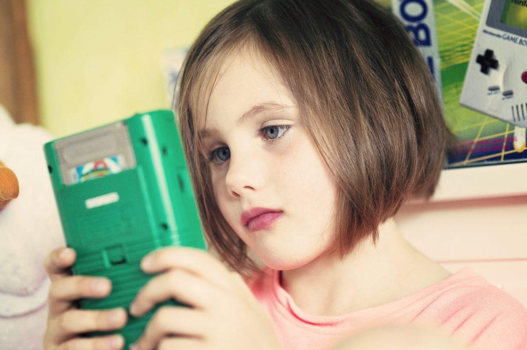 Les enfants découvrent la Game Boy - Juliette sur Super Mario Land 2