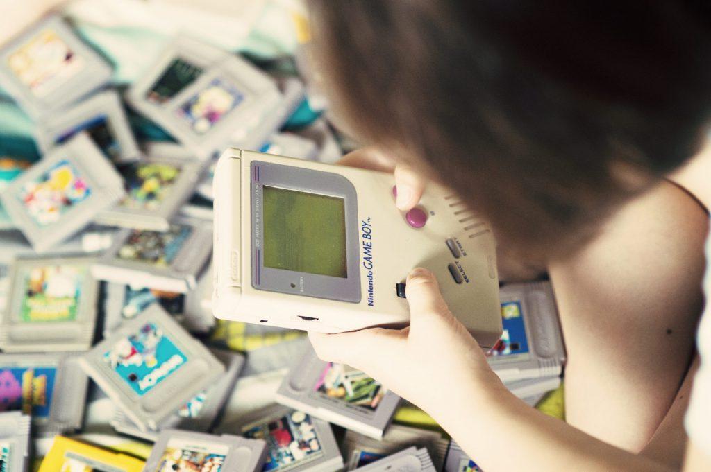 Les enfants découvrent la GameBoy de Nintendo