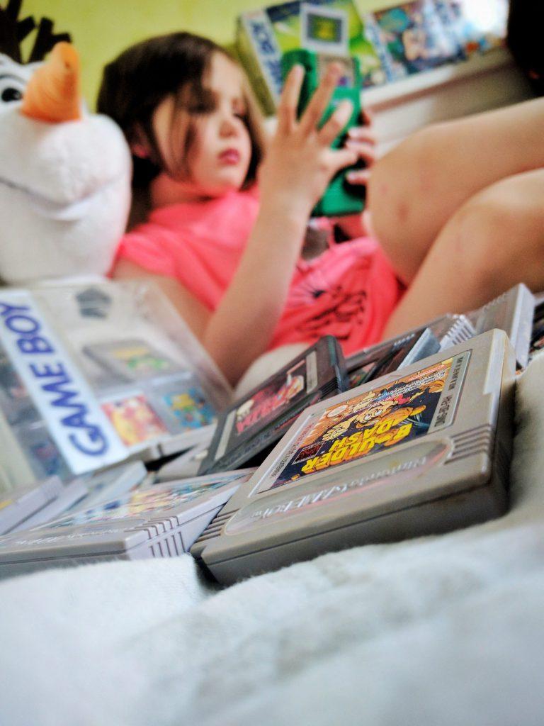 Les enfants découvrent la Game Boy - La boite à trésor