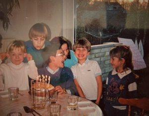 Janvier 1989, mon anniversaire avec les copains. Merci pour les Micro-Machines !