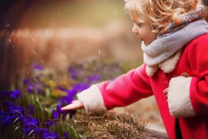 Rose découvre les premières fleurs du jardin