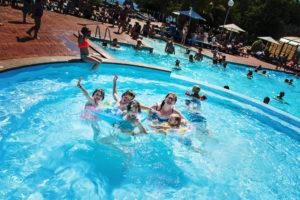 Vacances au camping Col Vert - Sandaya - Premier plouf dans la piscine