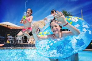 Megaplouf dans la piscine du camping du Col Vert - Sandaya