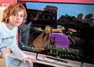 Charly joue à Minecraft sur WiiU