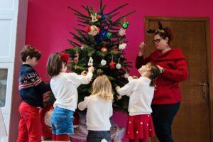 A la poursuite de Noël - On prépare le sapin en famille