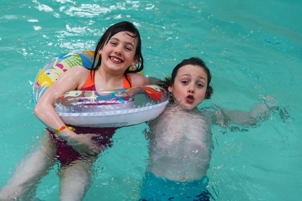 On joue dans la piscine du camping Mané Guernehué