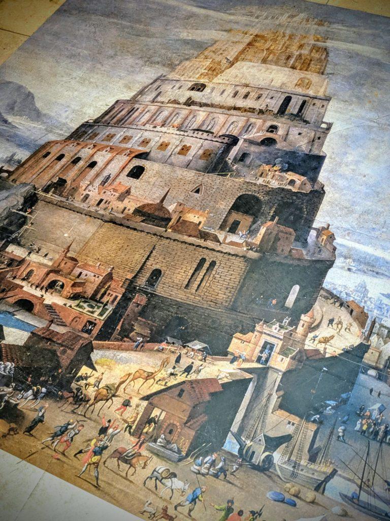 La tour de Babylone au pied des escalators de Sienne