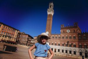 Juliette pose sur la Piazza de Sienne
