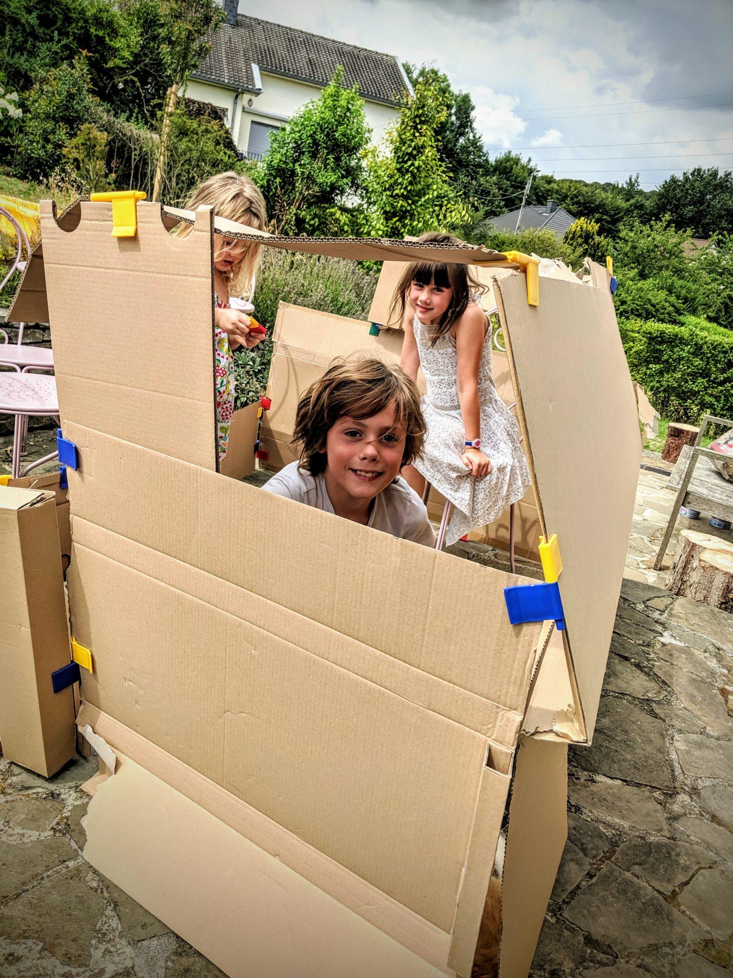 Il y a trop de vent, mais regarde Catherine, on construit une grande maison IKEA