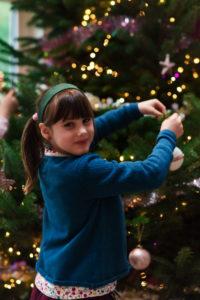 On prépare le sapin de Noël en famille