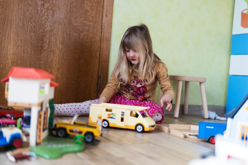 Rose envahit le salon pour jouer aux Playmobils