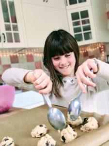 Juliette cuisine avec Maman