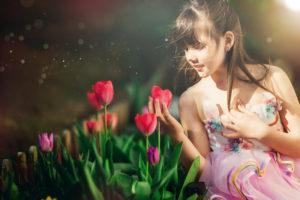 Photographie enfant, reportage au jardin avec les tulipes. Alice et Juliette, nos jumelles de 8 ans vous présentent le jardin de printemps des Martin.