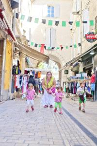 La petite ruelle commerçante de Sommières, 2015