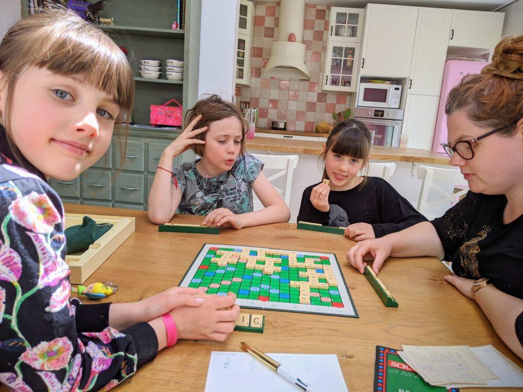 Un premier Scrabble en famille