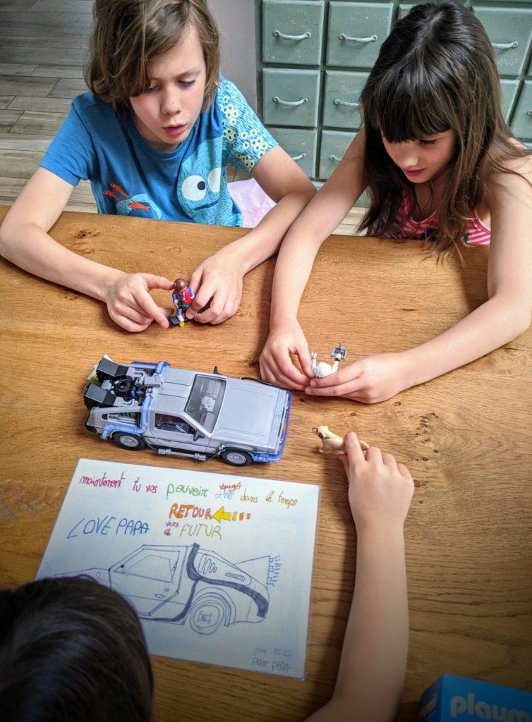 Les enfants se jouent quelques scènes de Retour vers le Futur