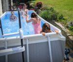 La pénitence de fin de vacances : démonter la piscine tubulaire !
