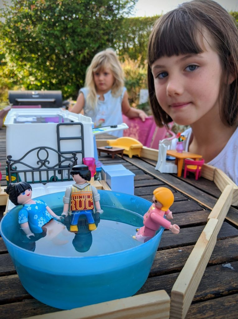 Les Playmobils dans une piscine ça l'est un peu moins.