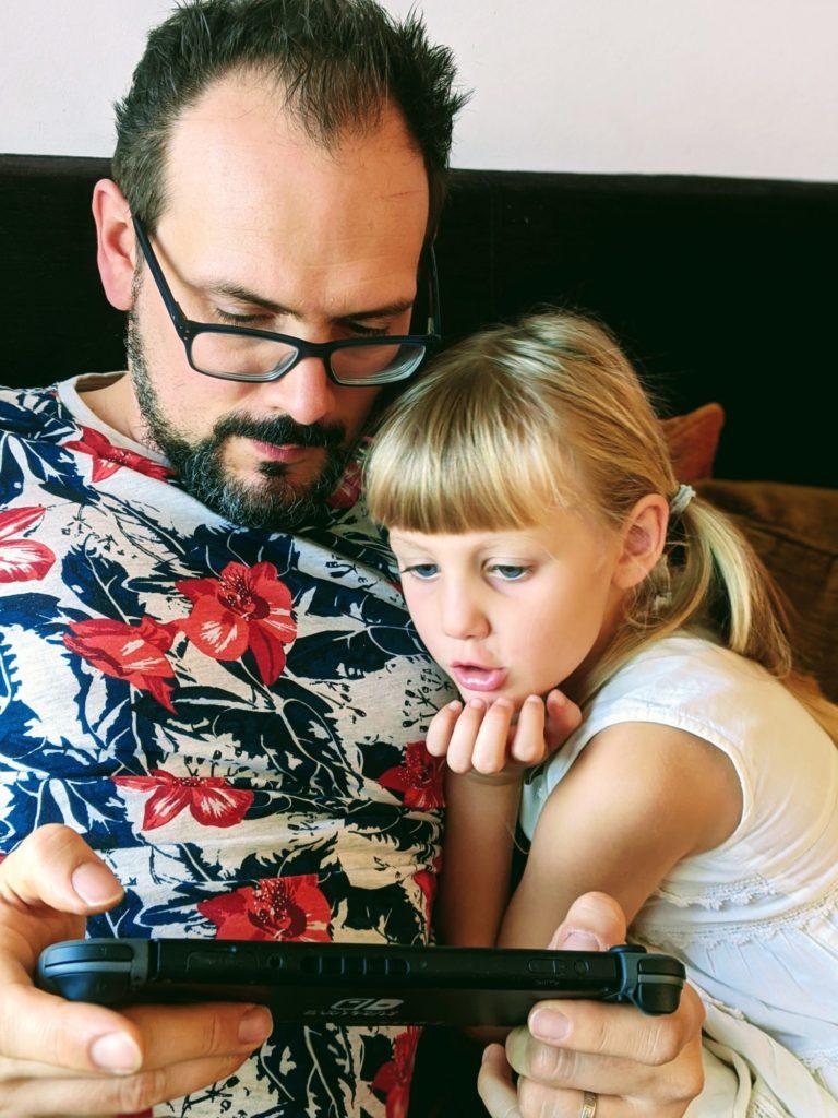 Rose découvre Super Mario Bros avec Papa