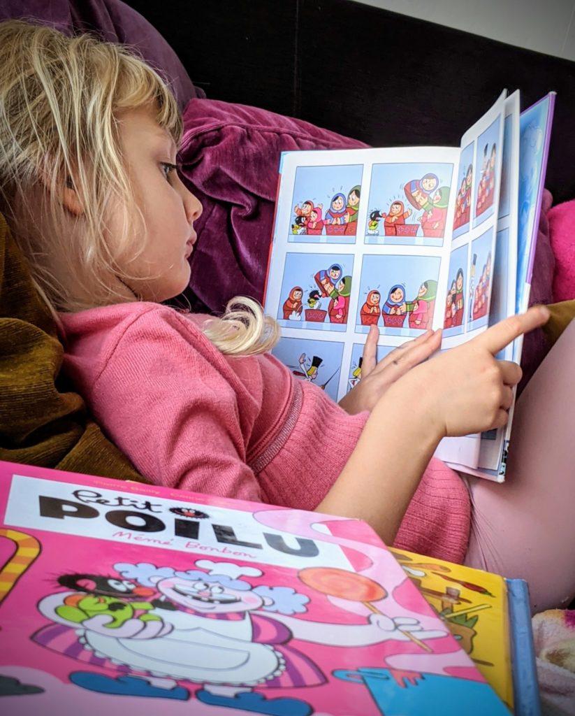 Rose a découvert la collection de #petitpoilu de ses sœurs !! #bandedessinee #madeinbelgium